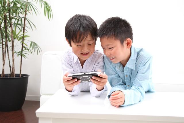 ゲームに熱中する男の子たち