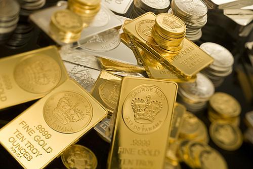 溢れんばかりの金やプラチナの地金とコイン(外発的動機付けの象徴)