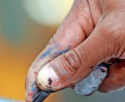 作品をつくる芸術家の手