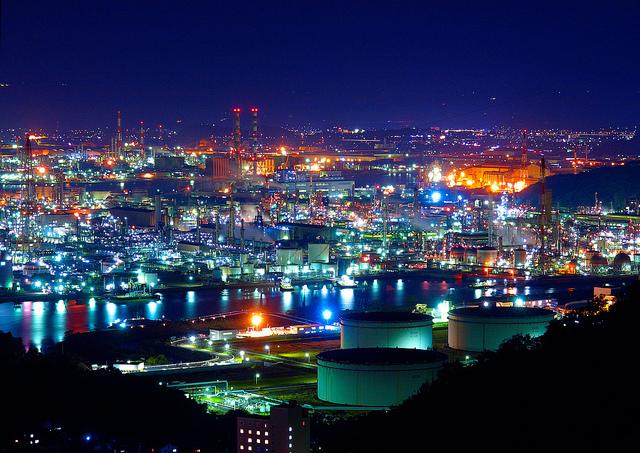 繁栄する工業地帯の夜景