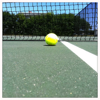 ネットの下に落ちるテニスボール