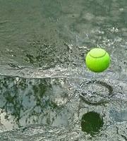 テニスボールと水しぶき