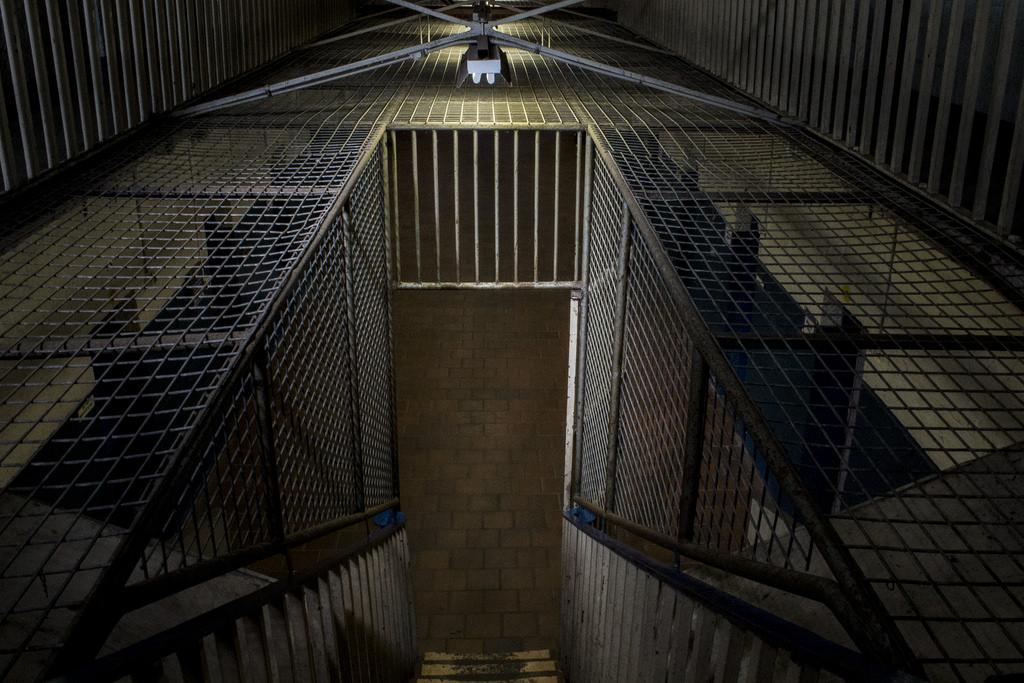 金網が張り巡らされた監獄への入り口