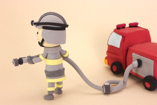 火事に立ち向かう消防士