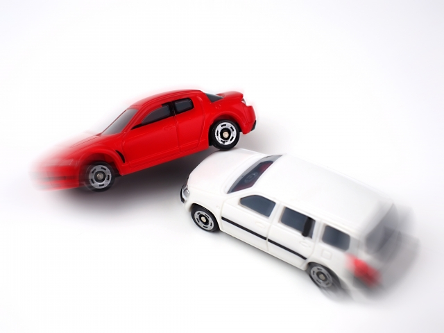 交通事故を起こした車のイメージ(ミニカー)