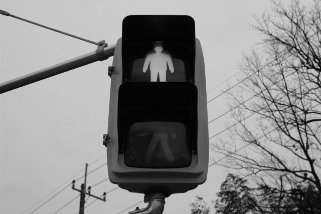 モノクロの歩行者用信号機