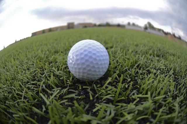 芝の上に転がるゴルフボール