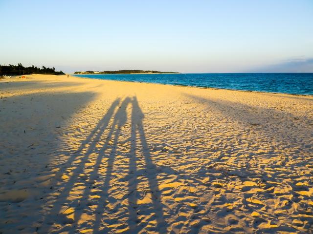 夕日に照らされて長く伸びた、仲のいい三人組の影